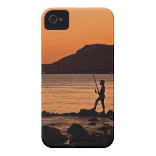 Pescador solo en la puesta del sol Case-Mate iPhone 4 carcasas