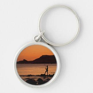 Pescador solo en la puesta del sol llaveros personalizados