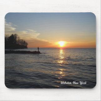 Pescador y puesta del sol mouse pad