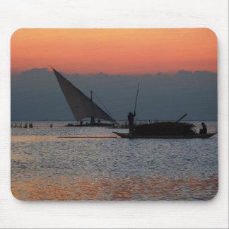 Pescadores en la puesta del sol tapetes de ratones