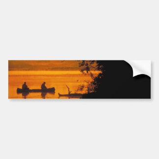 Pescadores en una canoa pegatina de parachoque