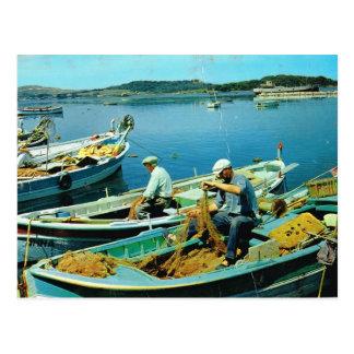 Pescadores que clasifican sus redes postal
