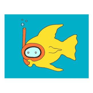 Pescados amarillos que nadan que bucean postal