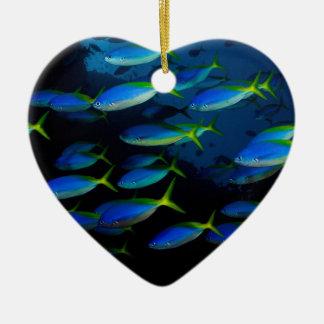 Pescados amarillos y blueback del fusil de chispa adorno navideño de cerámica en forma de corazón