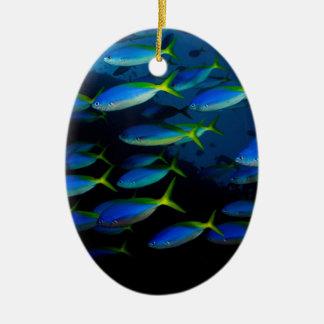 Pescados amarillos y blueback del fusil de chispa adorno navideño ovalado de cerámica