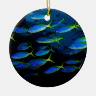 Pescados amarillos y blueback del fusil de chispa adorno navideño redondo de cerámica