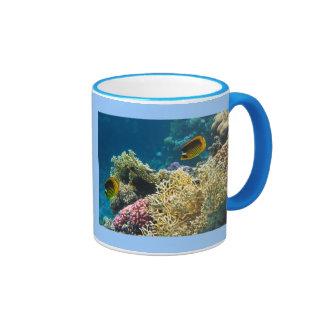 Pescados amarillos y negros de la mariposa taza de café