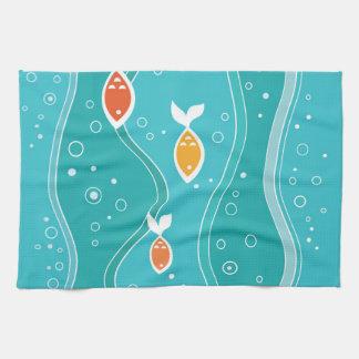 Pescados anaranjados en el océano del trullo toallas