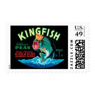 Pescados bajos que llevan una corona en un fondo timbre postal