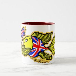 Pescados británicos con una bandera de Union Jack Taza De Café De Dos Colores