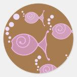 Pescados color de rosa de la burbuja pegatinas redondas