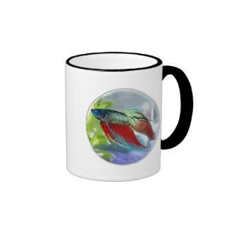 Pescados coloridos de Betta en una burbuja Tazas De Café