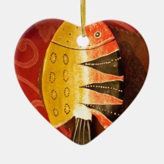 pescados completamente amarillos y rojos con adorno navideño de cerámica en forma de corazón