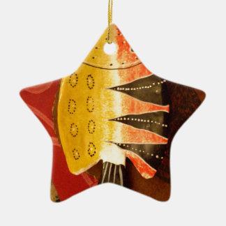 pescados completamente amarillos y rojos con adorno navideño de cerámica en forma de estrella