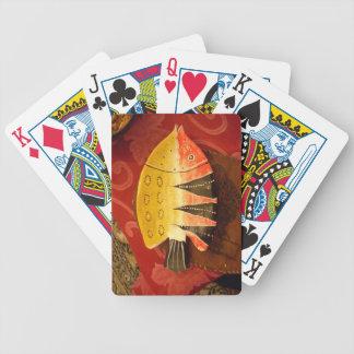 pescados completamente amarillos y rojos con barajas de cartas