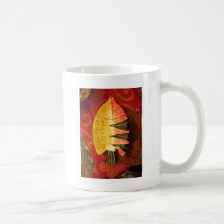 pescados completamente amarillos y rojos con taza