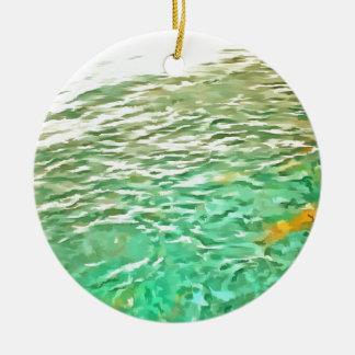 Pescados de alimentación en un lago adorno redondo de cerámica