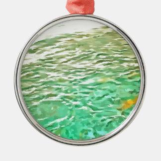 Pescados de alimentación en un lago adorno redondo plateado