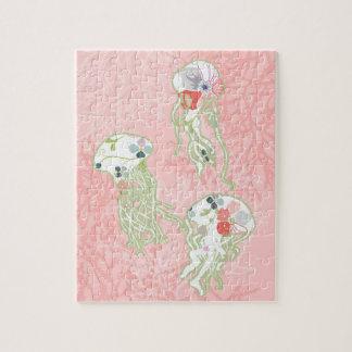 Pescados de jalea en fondo del rosa en colores pas rompecabeza