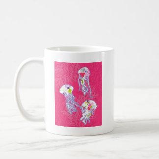 Pescados de jalea en fondo rosado llano tazas de café