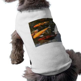 Pescados de Koi en fotografía de la charca Playera Sin Mangas Para Perro