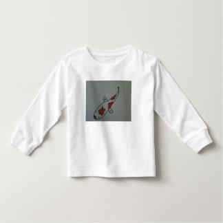 Pescados de Koi en la camisa del niño