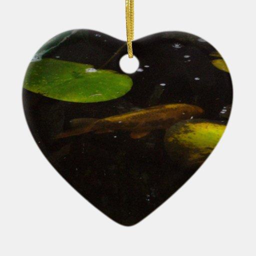 Pescados de Koi en una charca del lirio Adorno De Navidad