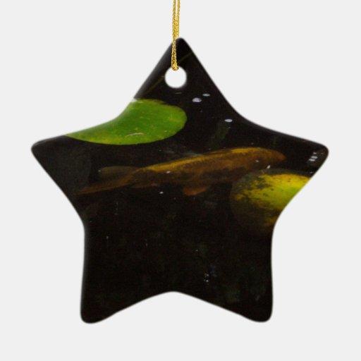 Pescados de Koi en una charca del lirio Ornamente De Reyes
