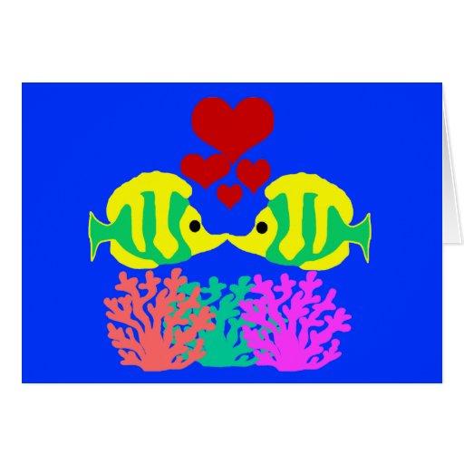 Pescados de la mariposa que se besan sobre la tarjeta pequeña
