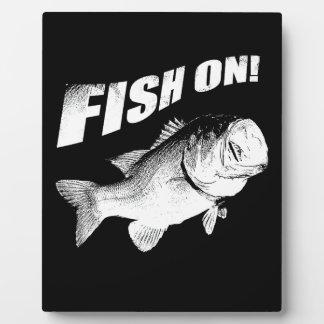 Pescados de la perca americana encendido placa de madera