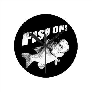 Pescados de la perca americana encendido reloj redondo mediano
