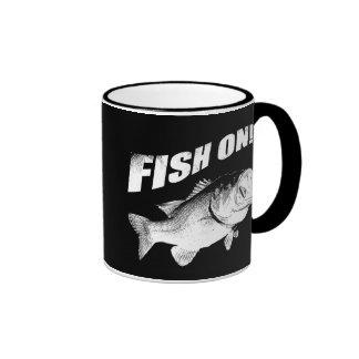 Pescados de la perca americana encendido taza de dos colores