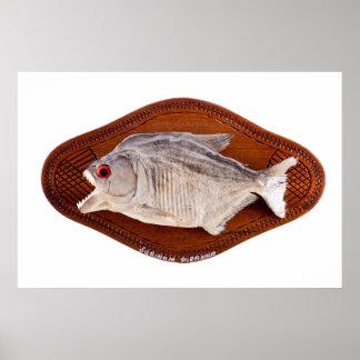 Pescados de la piraña como el trofeo en la madera  poster