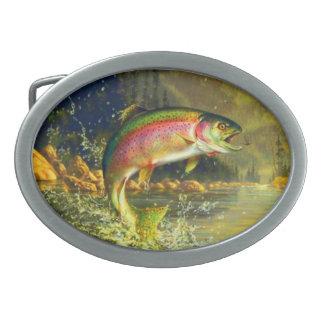 Pescados de la trucha arco iris que saltan para un hebilla cinturon