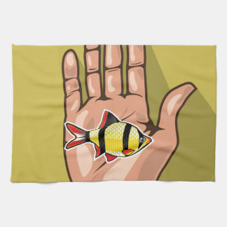 Pescados del acuario en una mano toalla de cocina