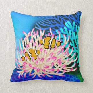Pescados del payaso del arrecife de coral en almoh almohadas