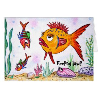 Pescados divertidos que sienten la tarjeta baja