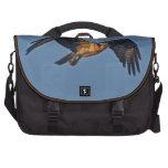 Pescados Eagle de Osprey que vuela en la puesta de Bolsa Para Ordenador