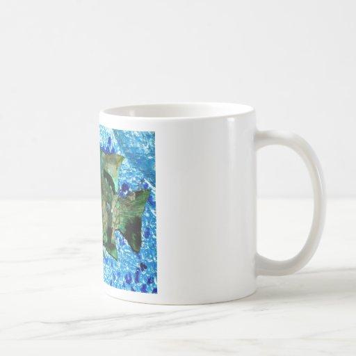 pescados en agua azul taza de café