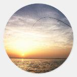 ¡Pescados encendido en la salida del sol! Etiquetas Redondas