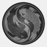 Pescados grises y negros de Yin Yang Koi Pegatina Redonda