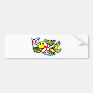 Pescados ingleses que sostienen la bandera inglesa pegatina para auto