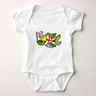 Pescados ingleses que sostienen la bandera inglesa polera