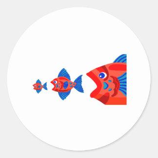 Pescados que comen pescados etiquetas redondas