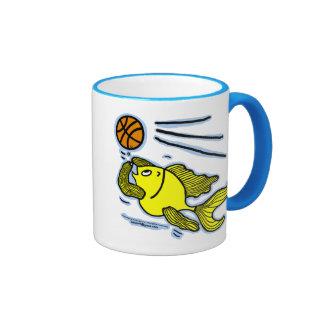 Pescados que juegan a baloncesto taza a dos colores