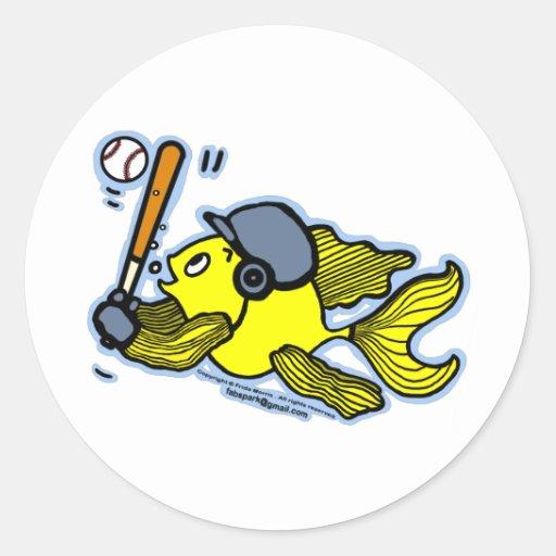 Pescados que juegan al béisbol - dibujo animado pegatina redonda