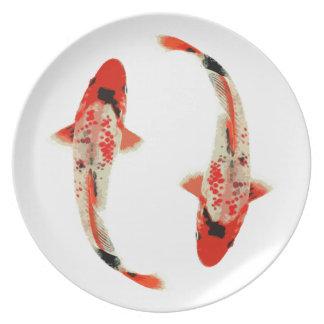 Pescados rojos, blancos, y negros de Koi Plato