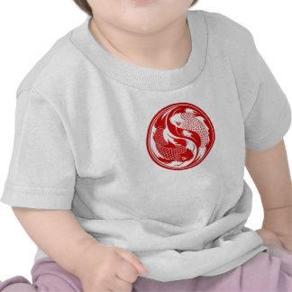 Pescados rojos y blancos de Yin Yang Koi Camiseta