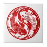 Pescados rojos y blancos de Yin Yang Koi Teja