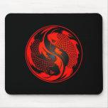 Pescados rojos y negros de Yin Yang Koi Mousepads